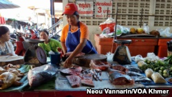 FILE - A fish seller during a internal marketplace in Chiang Khan town, Thailand, sells uninformed fish from a Mekong River on Jul 25, 2016. (Neou Vannarin/VOA Khmer)