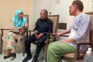 Prime Minister Mahathir Mohamad (centre) assembly Deputy Prime Minister Wan Azizah Wan Ismail and her father Anwar Ibrahim during Cheras Rehabilitation Hospital, where a latter is being treated, on Saturday.
