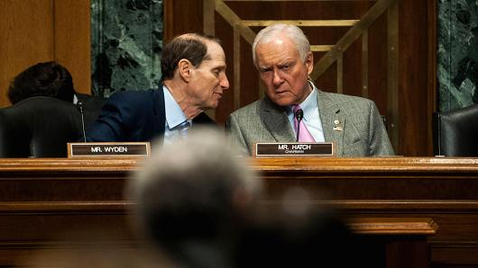 Ron Wyden (D-OR), left, and Chairman Orrin Hatch (R-UT), pronounce during a Senate Finance Committee conference on Congress and U.S. Tariff Policy on Apr 16, 2015 in Washington.